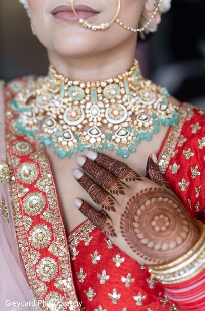 Stunning Indian bride polki necklace capture.