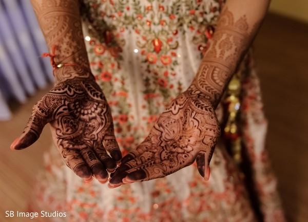 Impressive Indian bridal mehndi art.