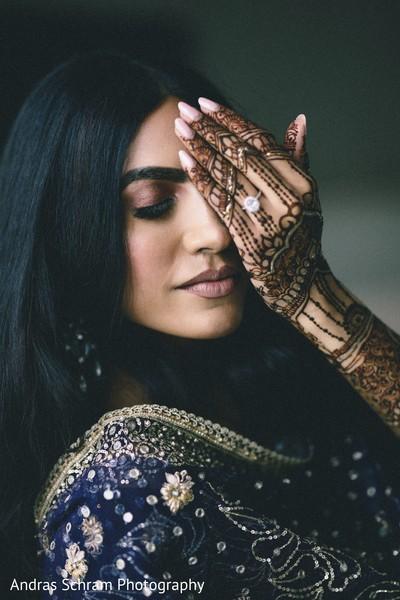 Maharani showing her mehndi.