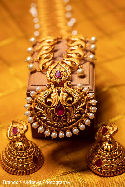 Impressive Indian bridal necklace and earrings for ceremony.