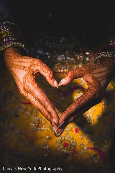 Marvelous Indian bride mehndi art.