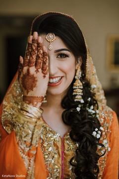 Gorgeous Maharani showing her mehndi art.