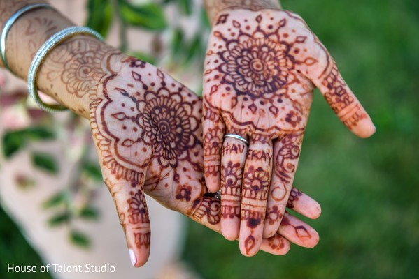 Incredible Indian bridal henna art capture.