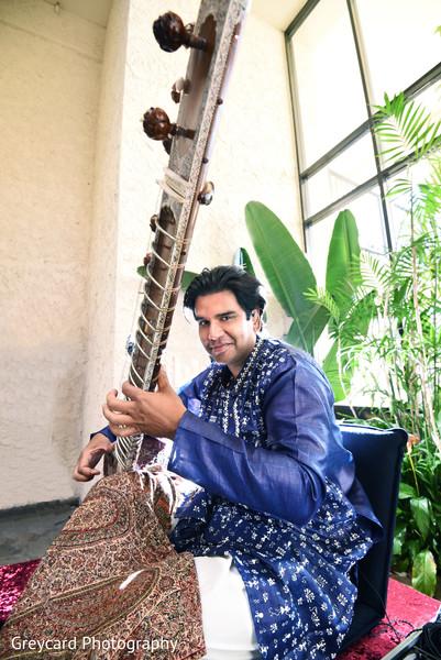 Increible Indian wedding live musician.