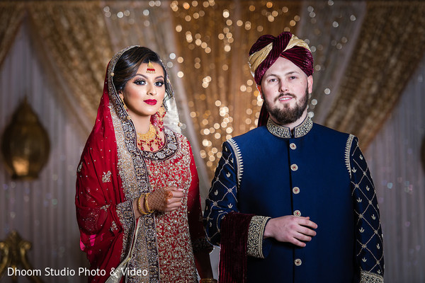 Enchanting indian lovebirds posing on ceremony outfits.