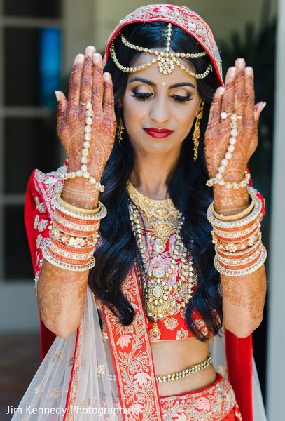 Maharani showing her mehndi art.