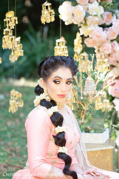 Eyelashes and makeup tone ideas for the Indian wedding ceremony.