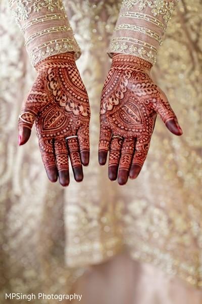 Intrincated indian bridal brown mehndi art.