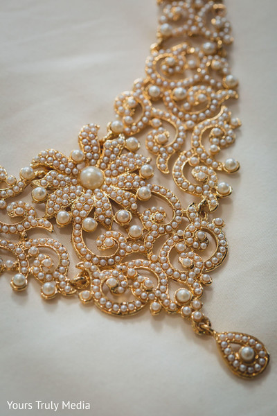 A close up to Maharani's necklace