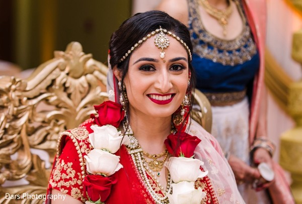 Indian bride with her kundan tikka and necklace set.