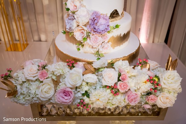 A close up to the wedding cake decoration
