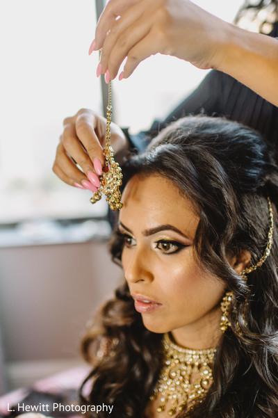 Maharani getting her golden matha patti on her hair.