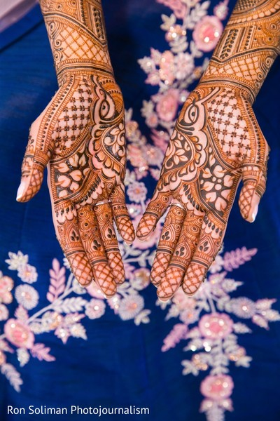 A close up to the Maharani's mehndi