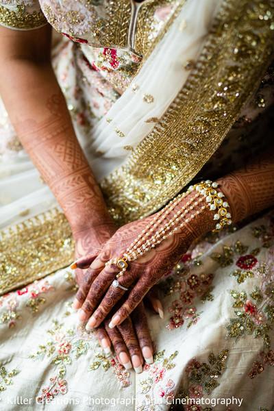 Maharani showwing her ring and mehndi art.