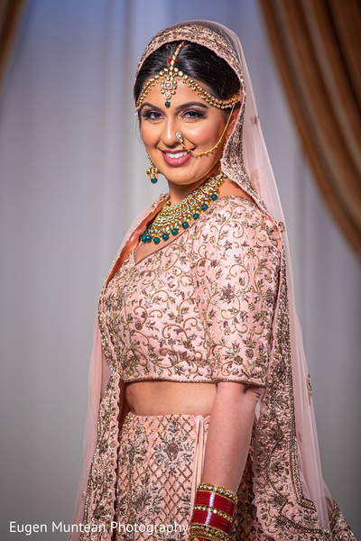 Maharani bride showing off her jewerly at the venue