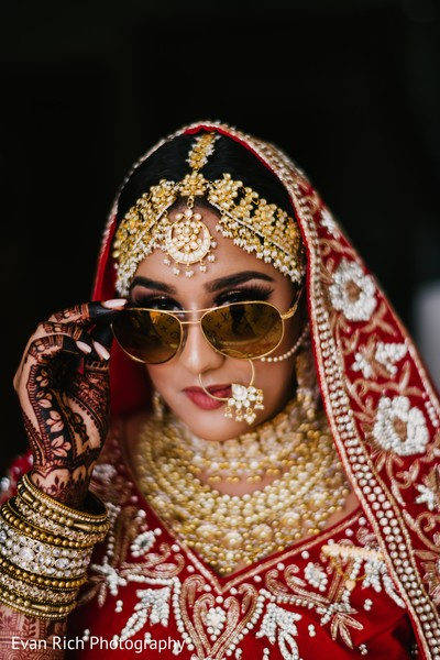Indian bride wearing her golden Kundan necklace choker.