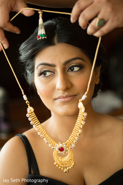 getting ready,indian bride getting ready,makeup,makeup up,bridal makeup,indian bridal makeup,indian wedding jewelry,indian bridal jewelry,necklace,jewelry