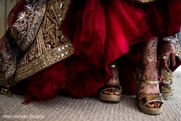 indian bride,indian bridal shoes,indian bride golden sandals