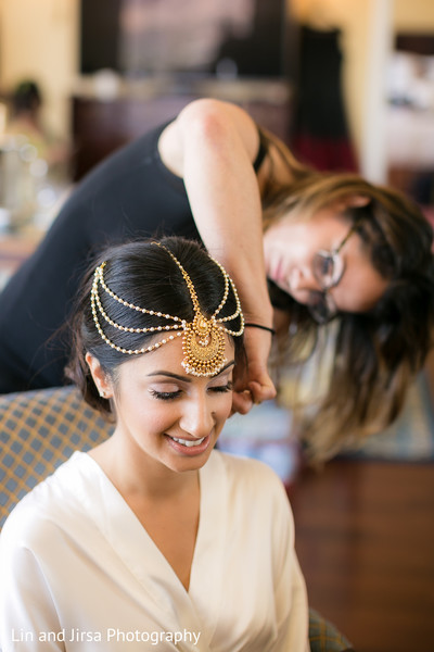 bridegetting ready,indian bride getting ready,maang tikka,headpiece,jewelry,indian bridal jewelry