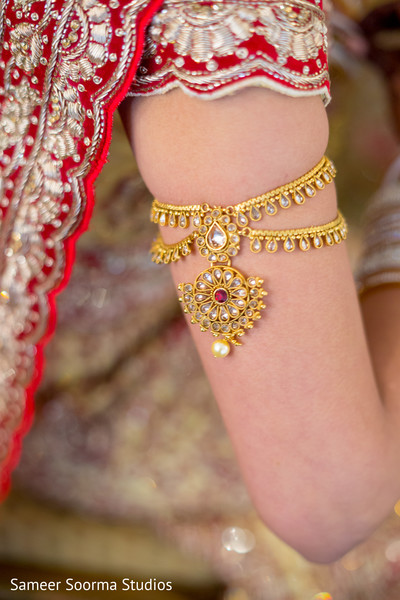 indian bride getting ready,indian bridal jewelry