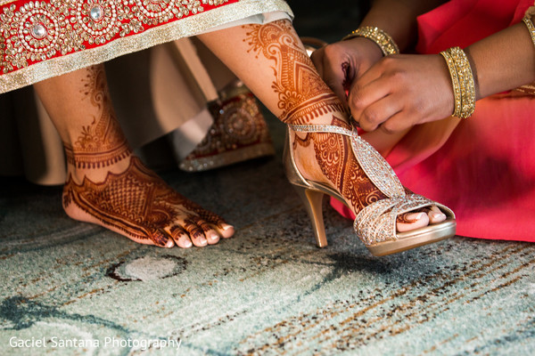 indian bride getting ready,indian wedding shoes