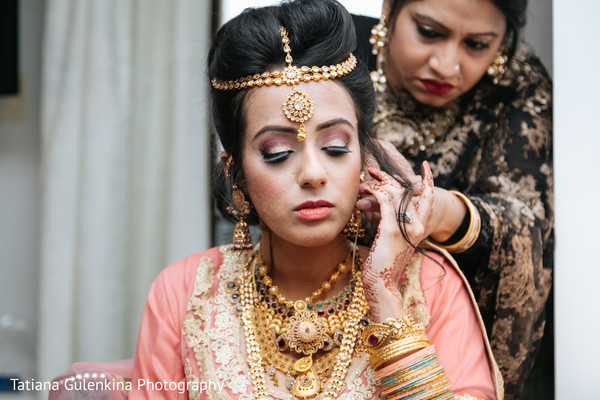 indian bride getting ready,indian wedding photography,indian wedding jewelry